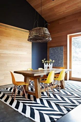 Dinning cu perete placat cu parchet si masa rustica cu scaune moderne galbene