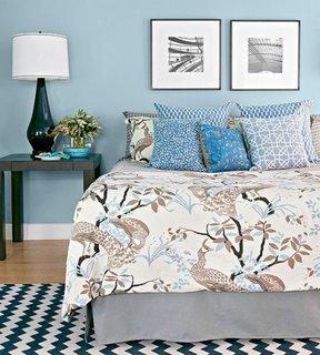 Dormitor zugravit cu bleu si noptiere gri inchis