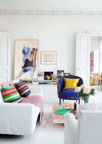 Living alb in stil minimalist cu accente de culori tari