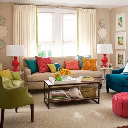 Living in culori neutre cu canapea crem cu perne decorative colorate