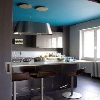 Pereti gri antracit in combinatie cu plafon bleu si mobila de bucatarie gri perla