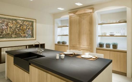 mobila clasica din lemn si pereti zugraviti in culori neutre pentru o bucatarie eleganta