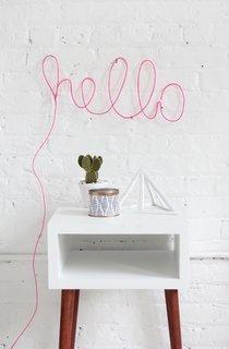 Mesaj motivational scris cu roz pe perete