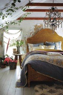 Amenajare dormitor la mansarda in stil romantic