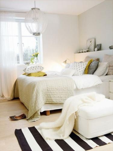 Dormitor alb cu accesorii si pete de culoare
