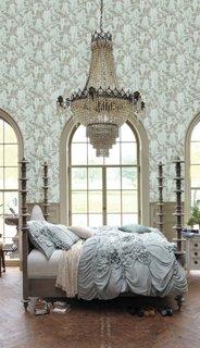 Dormitor amenajat luxos cu candelabru deasupra patului
