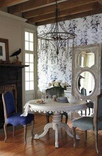 Masa alba rotunda si scaune in culori diferite