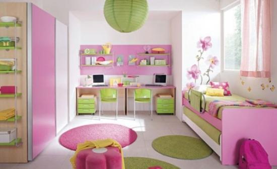 Camera de fetita colorata in roz aprins si verde mar