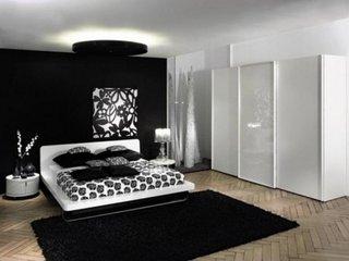 Design de dormitor negru cu alb si sifonier mare din lemn vopsit cu alb