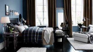 Dormitor albastru cu maro si veioza din sticla cu abajur alb