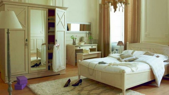 Dormitor clasic amenajat cu alb si bej