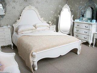 Dormitor clasic cu mobila alba
