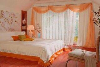 Dormitor cu perdele albe si portocaliu