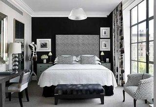 Dormitor cu perete de accent negru si restul peretilor albi