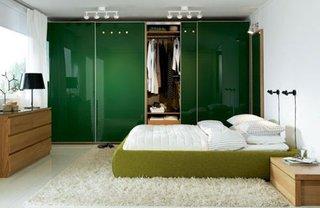 Dormitor cu pereti albi si dressing din mdf lucioas verde inchis