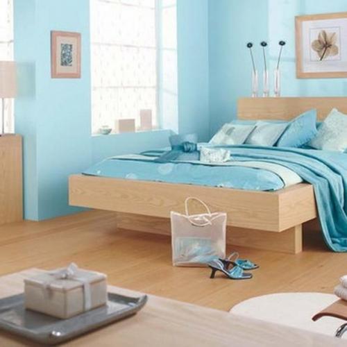 Dormitor cu pereti bleu si mobila din lemn culoare natur