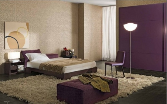 Dormitor elegant decorat cu mov si crem