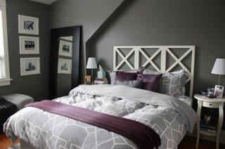 Dormitor gri cu accesorii mov