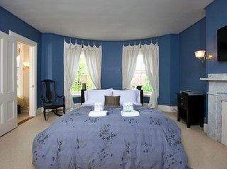 Dormitor matrimonial amenajat cu albastru inchis si alb