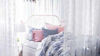 Dormitor roz cu alb si pat alb din fier forjat
