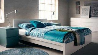 Dormitor simplu modern alb cu accesorii decorative bleu