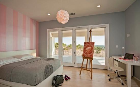 Dormitor zugravit cu gri si perete decorativ cu roz si alb