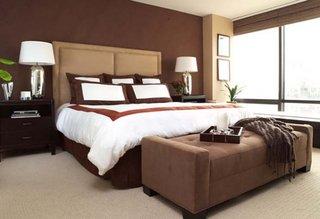 Dormitor zugravit cu maro si decoratiuni crem si albe