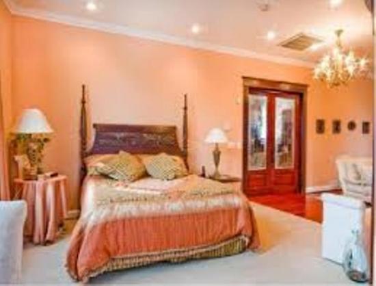 Dormitor zugravit in culoarea piersicii