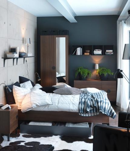Culori contrastante pe pereti pentru marirea vizuala a unui dormitor mic