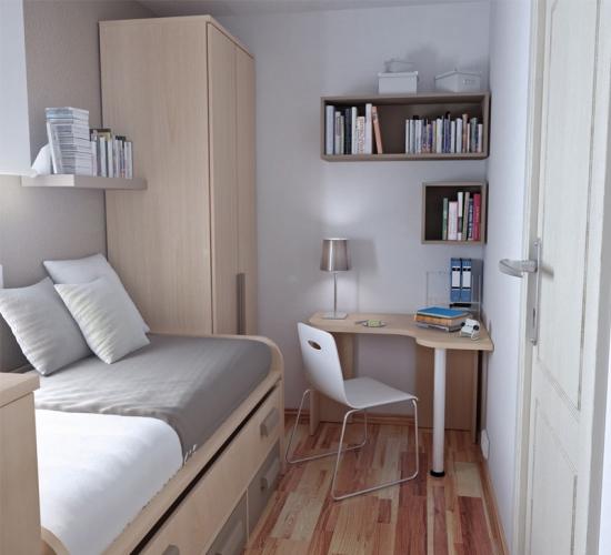 Dormitor ingust amenajat in culori deschise si un birou pe colt