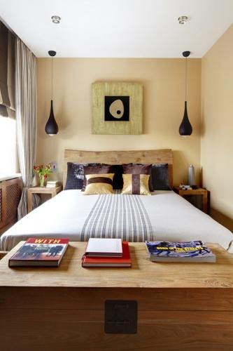 Dormitor matrimonial mic decorat in nuante de crem