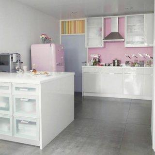 Frigider roz in bucatarie cu mobila alba