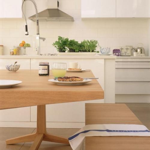 Masa de bucatarie din lemn de mesteacan si mobila alba