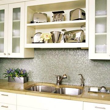 Perete din bucatarie placat cu mozaic argintiu si mobila alba