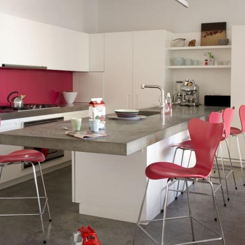 Scaune de bucatarie roz asortate cu perete din spatele zonei de lucru