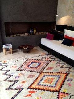 Canapea alba decorata cu pernute colorate