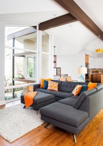 Canapea gri albastrui cu pernute portocalii