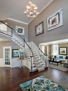 Holul unei case cu etaj ce are vedere spre living