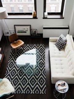 Living in alb si negru cu scaun din lemn si canapea alba