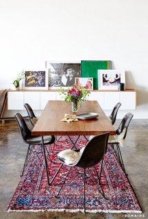 Zona de dining cu covor in culori puternice