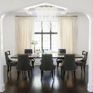 Dinning cu masa mare si scaune din piele inchisa la culoare asortata cu pardoseala