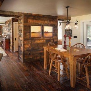 Parter open space amenajat in stil rustic cu mult lemn