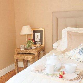 Dormitor amenajat cu noptiere din ratan