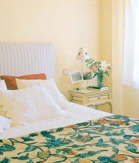 Dormitor cu noptiere crem cu margini turcoaz pictate manual
