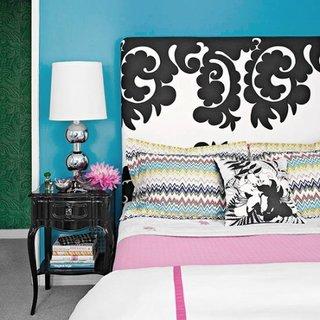 Dormitor cu pereti turcoaz tablie de pat alb cu negru si noptiere negre