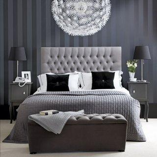 Dormitor gri inchis si pat din piele gri deschis