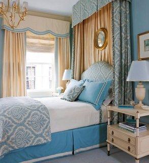 Dormitor regal amenajat in bleu si crem