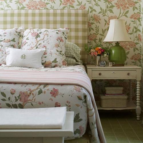 Dormitor rustic cu tapet cu motive florale si noptiera crem