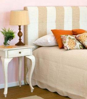 Noptiera din lemn alb model cu picioare lungi si pat cu tablie crem cu alb