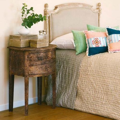 Cum alegem noptierele intr-un dormitor cu pat cu tablie tapitata| Imagini cu variante de asortare
